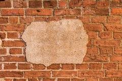 被风化的打破的红砖墙壁 免版税库存图片