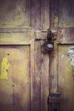 被风化的挂锁和门与削皮油漆 库存图片