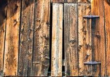 被风化的木毂仓大门 库存图片
