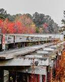 被风化的木运河桥梁房屋板壁结构 免版税库存图片