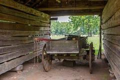 被风化的棚子和无盖货车 免版税库存图片