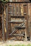 被风化的毂仓大门木铰链生锈 免版税库存照片
