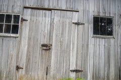 被风化的毂仓大门铰链,门闩,窗口, 免版税库存照片
