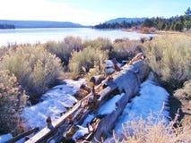 被风化的注册在大熊湖前面的雪 库存图片