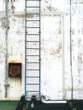 被风化的灰泥墙壁有铁楼梯背景 库存图片