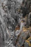 被风化的灰色花岗岩峭壁附寄的河峡谷 图库摄影