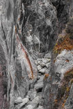 被风化的灰色花岗岩峭壁附寄的河峡谷 免版税库存图片