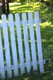 被风化的白色花园大门,半开 库存图片