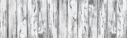 被风化的白色被绘的老木板-宽农村背景 免版税图库摄影