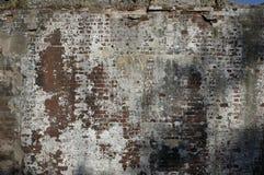 被风化的砖墙 免版税库存图片