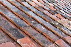 被风化的红色屋顶盖瓦背景纹理 免版税库存照片