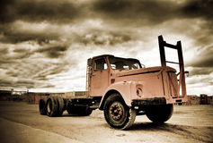 被风化的老卡车 库存图片
