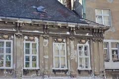 被风化的老城内住宅 免版税库存照片