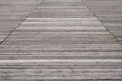 被风化的老木木板走道背景 免版税库存图片