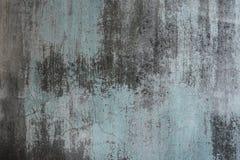 被风化的肮脏的老绿色绘了墙壁作为背景 免版税库存图片