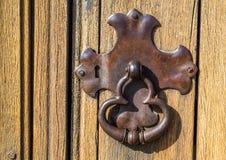 被风化的葡萄酒金属锁板和通道门环 免版税库存图片