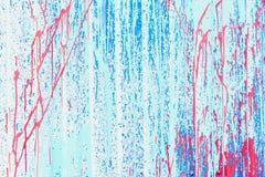被风化的葡萄酒镀锌了波状钢金属板表面 红色和蓝色削皮油漆纹理 现代的背景 图库摄影
