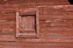 被风化的被佩带的红色谷仓木房屋板壁 免版税图库摄影