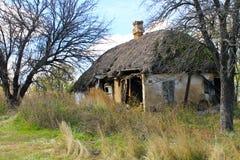 被风化的被放弃的房子例证纸张打印农村被弄脏的葡萄酒 库存照片