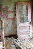 被风化的被放弃的门道入口农舍内部 库存照片