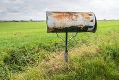被风化的邮箱在乡下 库存图片