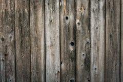 被风化的雪松木房屋板壁背景 免版税库存图片