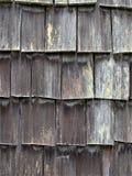 被风化的雪松震动在附属建筑一边在湖月牙的原木小屋手段在Washin奥林匹克国家森林里  免版税库存图片