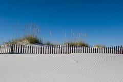 被风吹在彭萨科拉海滩佛罗里达的糖白色沙子 库存图片