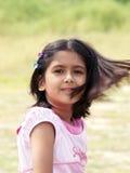 被风吹女孩的头发 免版税图库摄影