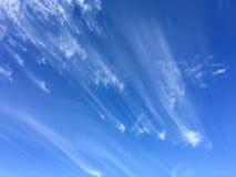 被风吹扫云彩和蓝天 图库摄影
