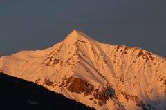 被风吹扫山峰在冬天 库存照片