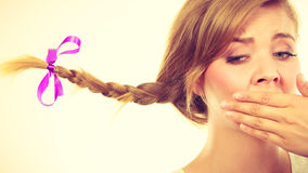被风吹辫子头发的哀伤的十几岁的女孩 免版税库存照片