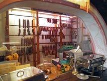 被风干的香肠的肉类柜台 免版税图库摄影