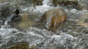 被击中飞溅的岩石和的波浪的水流动在河 影视素材