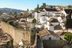 被围住的城堡。被粉刷的房子。Obidos。葡萄牙 库存图片