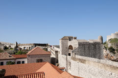 被围住的市Dubrovnic在克罗地亚欧洲 杜布罗夫尼克起绰号亚得里亚的`珍珠 图库摄影