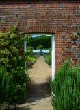 被围住的庭院野花边界 库存照片
