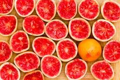 被紧压的可口鲜红色的葡萄柚一半 免版税库存图片