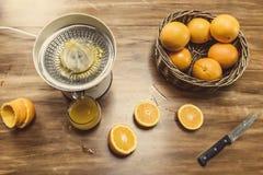 被紧压的新鲜的汁液桔子 库存图片