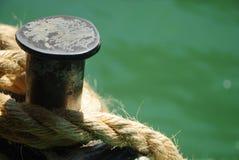 被紧固的绳索船 免版税库存照片