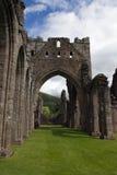 被破坏的修道院在布雷肯比肯斯山在威尔士 免版税库存图片