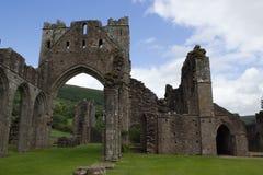 被破坏的修道院墙壁和曲拱在布雷肯比肯斯山在威尔士 免版税库存照片