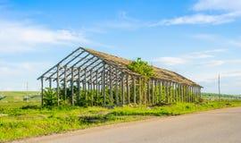 被破坏的农厂建筑 免版税图库摄影