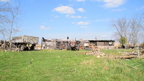 被破坏的农场、老拖拉机和禽畜 股票视频