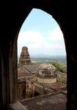 被破坏的古庙上面 免版税库存照片