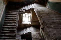 被破坏的台阶和窗口在老被放弃的房子,傲德萨里面 库存图片