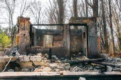 被破坏的和被烧的房子,疏散砖 免版税库存照片