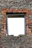 被破坏的土气石灰石冰砾瓦砾墙壁石工石制品废墟和空的空白隔绝了红砖窗架开口 库存图片