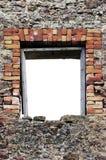 被破坏的土气石灰石冰砾瓦砾墙壁石工石制品破坏空的空白被隔绝的红砖窗口开口空腹架沟 免版税库存照片