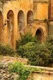 被破坏的城堡墙壁 库存照片